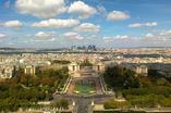 Wieża Eiffla w Paryżu. Miejsce dla samobójców i głupich śmierci. Zobaczcie wideo jednego ze śmiałków myślał, że umie latać
