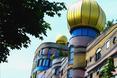 Waldspirale często uważane jest za kiczowatą architekturę