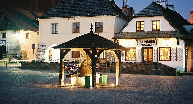 Rynek w Kazimierzu Dolnym to miejsce, które warto odwiedzić będąc w okolicach Lublina