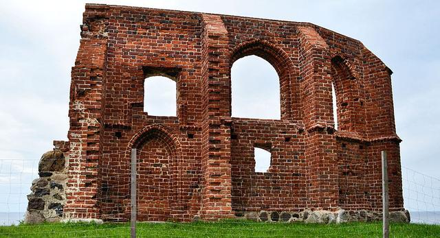 Ruiny Zamku w Trzęsaczu można zobaczyć dojeżdżając tu na przykład kolejką wąskotorową