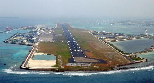 Male International Airport to przykład lotniska wybudowanego na istniejącej wyspie. Jest to największe lotniska na Melediwach