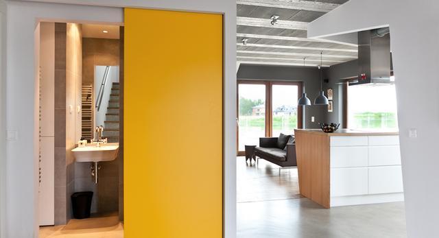 Architektura wnętrza domu w Poznaniu projektu mode:lina. Piękne wnętrza z betonu i drewna ocieplone żółtym kolorem