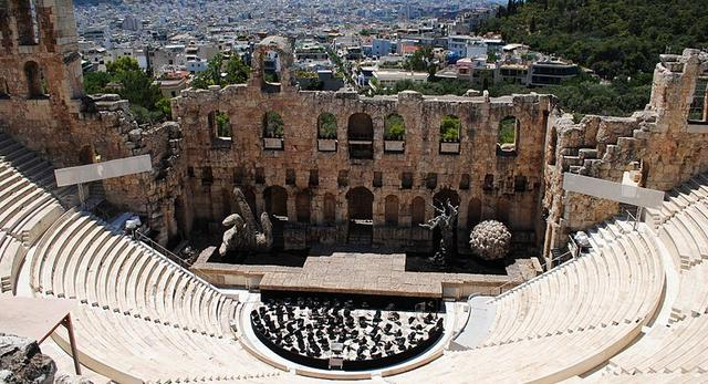 Odeon w Atenach posiadał 32 rzędy widowni i szeroką na 35 metrów i wysoką na 3 kondygnacje