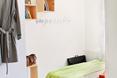 Kolorowy dywan i odznaczające się elementy wykończenia nadają mieszkaniu charakteru