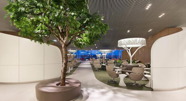 Architektura wnętrz. Lotnisko w Paryżu im. Charles'a de Gaulle'a przeszło modernizację. Sprawdźcie projekt rewitalizacji architekta Paula Andreu
