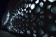 Centro de Creación Contemporánea wyróżnia się swoja medialną fasadą, która w nocy przybiera różne odcienie