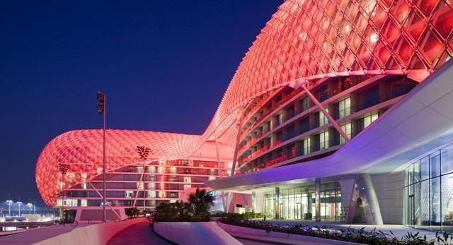 YAS Hotel powstał w 2009 roku i jest częścią obiektu Formuły 1 Yas Marina Circuit