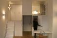 Aneks kuchenny jest schowany za przesuwnymi drzwiami, przez co nie przykuwa wzroku kiedy przebywamy w salonie