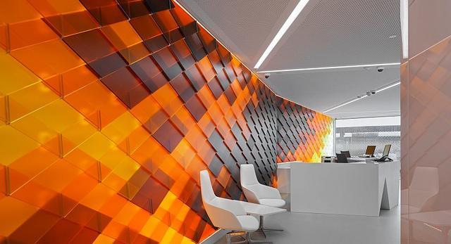 Raiffeisen Bank w Szwajcarii pokazał, że wnętrze takich placówek może pozwolić sobie na nowoczesny design