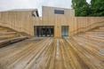 Wykończone drewnem, zagłębienie w ziemi, ma byc główną przestrzenią zapraszająca do wnętrza SDK