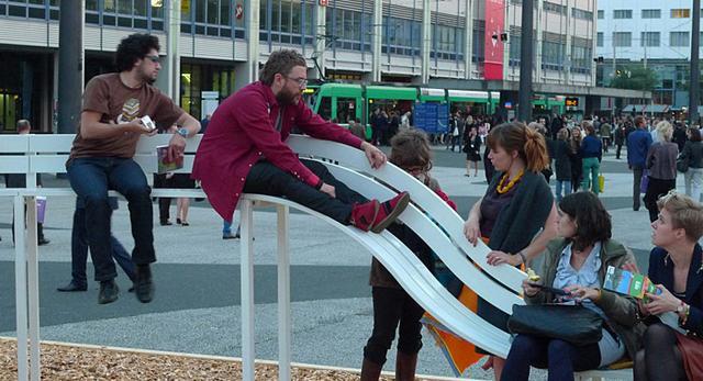 Meble miejskie o wymiarze społecznym. Jeppe Hein zaprojektował ławki sprzyjające zacieśnianiu relacji międzyludzkich