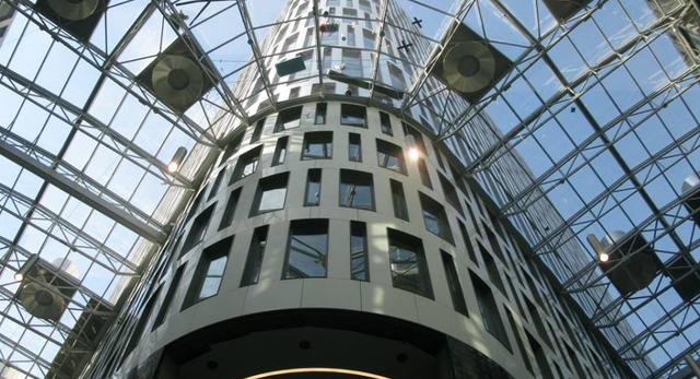 Szklany dach pozwala odpowiednio doświetlić wewnętrzne pasaże, a dodatkowo sprawia wrażenie jakbyśmy spacerowali na zewnątrz budynku