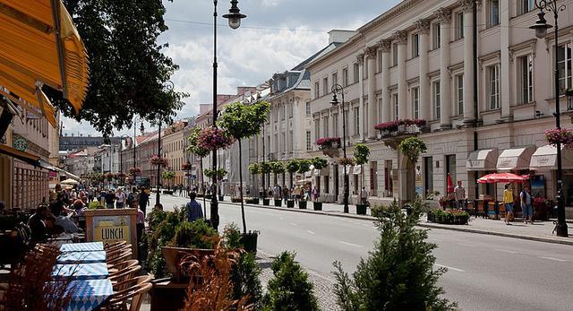 Nowy Świat w Warszawie na 45. miejscu wśród najdroższych ulic handlowych na świecie. Zobacz raport przygotowany przez firmę Cushman & Wakefield!