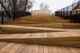Całość założenia tworzy drewnianą taśmę zlokalizowaną przy samym brzegu Wisły