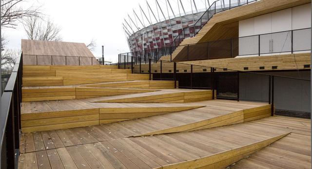 . Ściany tej części pawilonu zostały przeszklone w miejscach przeznaczonych dla gości. Ma to zapewnić możliwość podziwiania z jednej strony Stadionu Narodowego, z drugiej nadwiślańskiej panoramy