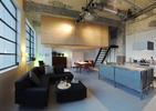 Niezwykła aranżacja wnętrza loftu. Nowoczesne mieszkanie we wnętrzach dawnej fabryki Philipsa!