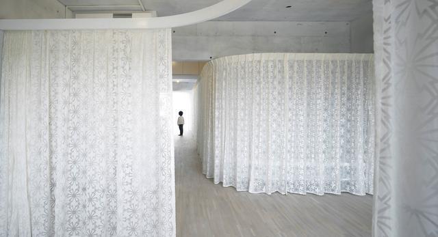 Białe wnętrze z motywem zasłony