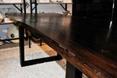 Drewniany stół w roli głównej. Meble od TREBORD jako małe dzieła sztuki