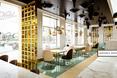 """kawiarnia Wedel; """"kapiący"""" sufit w kolorze kakao"""