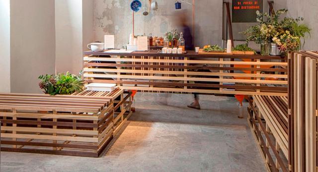 Bar z sokami. Wszystkie bryły mebli powstały z drewna z odzysku