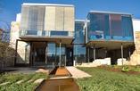 Fasada domu Pomar de Valdivia - rozczłonkowana bryła ze szkła i kamienia