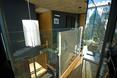 Szklane ściany, szklana podłoga. Architektura wnętrz domu w Pomar de Valdivia