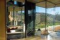 Lekka szklana bryła w hiszpańskim krajobrazie