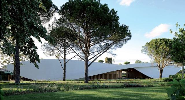 Winnica Château Cheval Blanc w miejscowosi Saint-Émilion we Francji - projekt, stararchitekt Christian de Portzamparc
