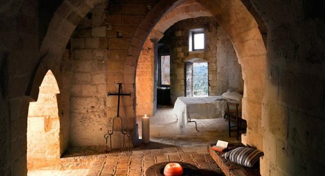 Skalny hotel we Włoszech. Architektura wnętrz wkracza do jaskiń?