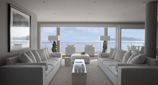 Rezydencja na Ibizie. Białe bryły i surowe drewno