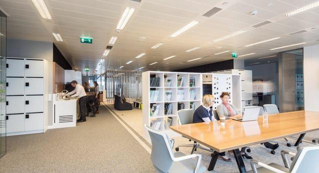 Firma CBRE - nowe biuro w Warszawie. Wspólne miejsce pracy zespołowej