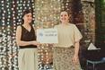 Joanna Piaścik odbiera nagrodę od przedstawicielki firmy BMW, Katarzyny Gospodarek