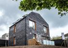Dom z odpadów czy inwestycja w rozwój? Bryła Bringhton Waste House z oddychającą membraną wykorzystuje nowe technologie we współczesnej architekturze