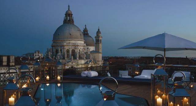 Luksusowy taras z basenem na dachu budynku hotelu The Gritti Palace