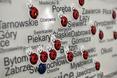 Mapa zawieszona obok lady recepcyjnej z oznaczoną lokalizacją sklepów Biedronka w całej Polsce