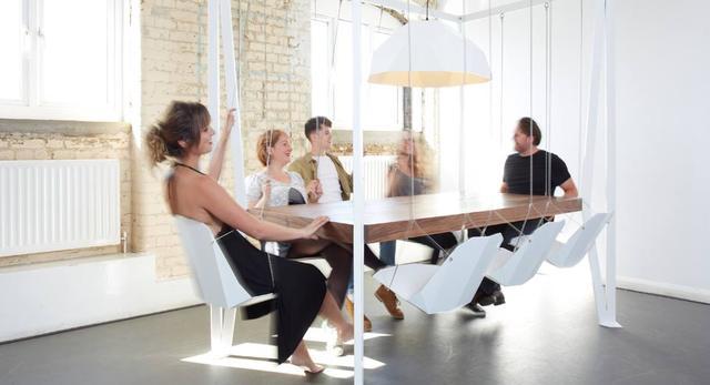 """""""Rozbujane"""" śniadanie przy stole Swing Table wydaje się dobrym pomysłem na rozpoczęcie dnia.  autor: Pracownia Duffy London"""