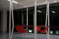 Swing Table w wersji kwadratowej, z czerwonymi siedziskami