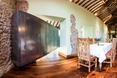 Dziwna bryła, za którą kryje się salon pokryta jest stalą nierdzewną. Niektóre części oryginalnej, kamiennej ściany w kuchni są odsłonięte.