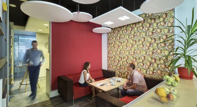 Tzw. break out area  - miejsce nieformalnych spotkań. Znajduje się ono w pobliżu stanowisk pracy, ale dzięki odpowiedniemu wyciszeniu  odgłosy rozmów nie przeszkadzają osobom pracującym obok