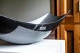 Rzeźba umywalki z lakierowanego włókna węglowego prezentuje się bardzo luksusowo