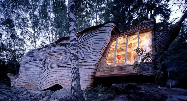 Dziwny dom nad szwedzkim jeziorem w Övre Gla autorstwa pracowni 24h Architecture z Holandii