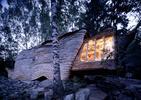 Dziwny dom nad szwedzkim jeziorem w Övre Gla. Design inspirowany lasem i kulturą Samów. TOP 10 zdjęć!