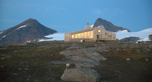 Drewniana architektura skandynawska. Bryła budynku The Rabot Tourist Cabin - ośrodka turystycznego znajduje się nieopodal lodowca Okstindan w Norwegii
