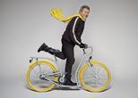 """Philippe Starck pozuje """"jadąc"""" na rowerze miejskim Pibal.  Współczesny dizajn w świecie dwóch kółek"""