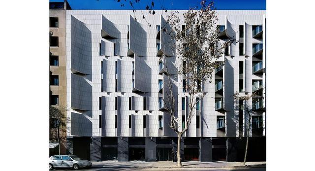 Fasada hotelu Omm w Barcelonie. Wywinięte na zewnątrz prostokątne wycięcia w elewacji kryją ustawione pod kątem balkony