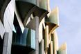 Balkony ukryte za kawałkami wywiniętej elewacji