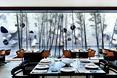 Restauracja w hotelu Omm z szerokim widokiem na interesujący design