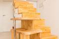 """W architekturze wnętrz dominiuje bryła schodów, prowadzących do """"sypialni"""" - na antresolę"""