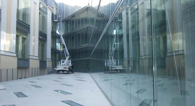 Współczesna architektura Warszawy: przeszklona elewacja boczna ASP na Powiślu