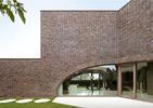 Cegła w architekturze współczesnej – willa z brązem w roli głównej